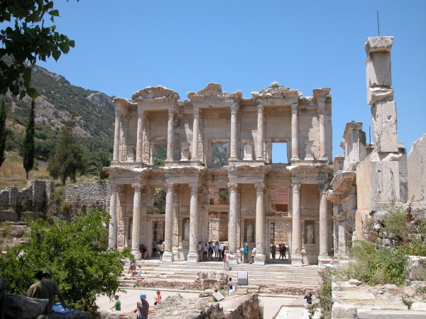 Эфес – один из немногочисленных исторически ценных достопримечательностей нынешней Турции