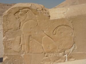 Барельеф с изображением льва в храме Хатшепсут