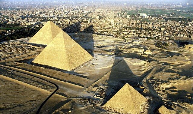 Гиза - это современное название большого каирского некрополя, занимающего примерно 2000 кв.м