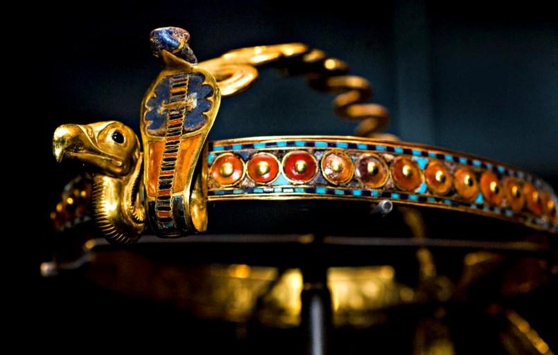 Египетский головной убор с изображением змеи