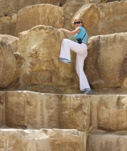 Каменные глыбы пирамид настолько высокие, что на них вскарабкаться просто невозможно